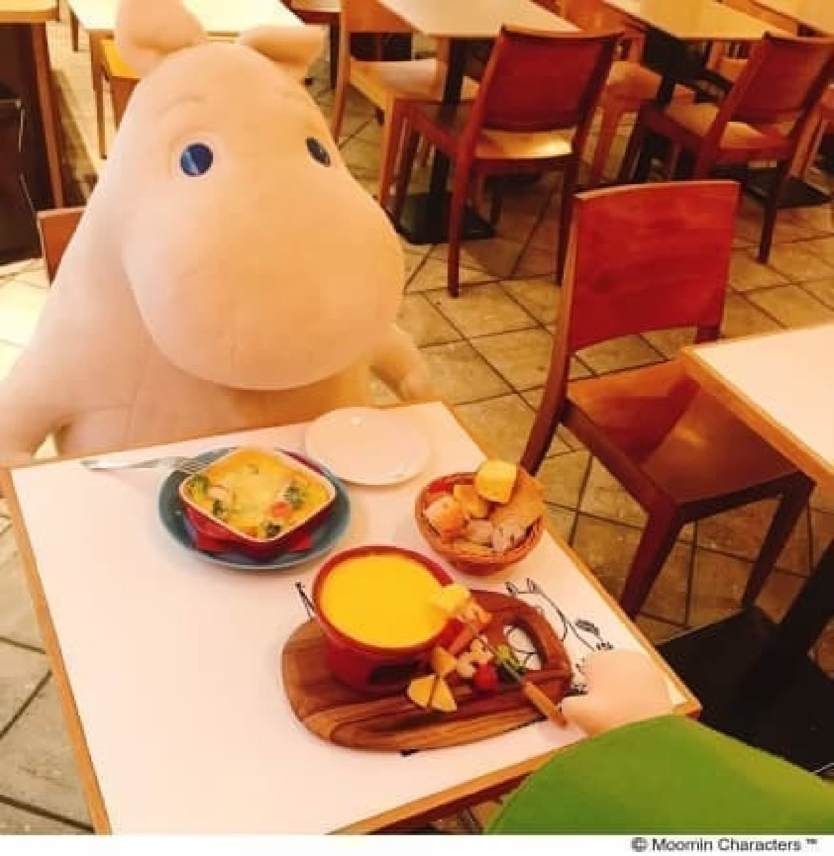 ムーミンカフェの相席で人気!「おすわりムーミン」が再販決定 -- 高さ75cmの特大サイズ