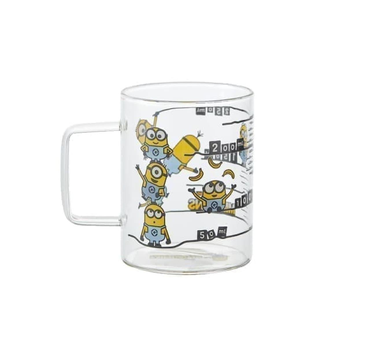 「計量マグカップ/ミニオン」がレコルトから -- マグカップとしても使える便利な耐熱ガラス製