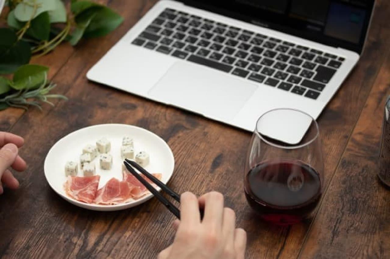 手を汚さずポテチを食べられる「ポテトングミニ」発売 -- 持ち運びに便利なケース付き