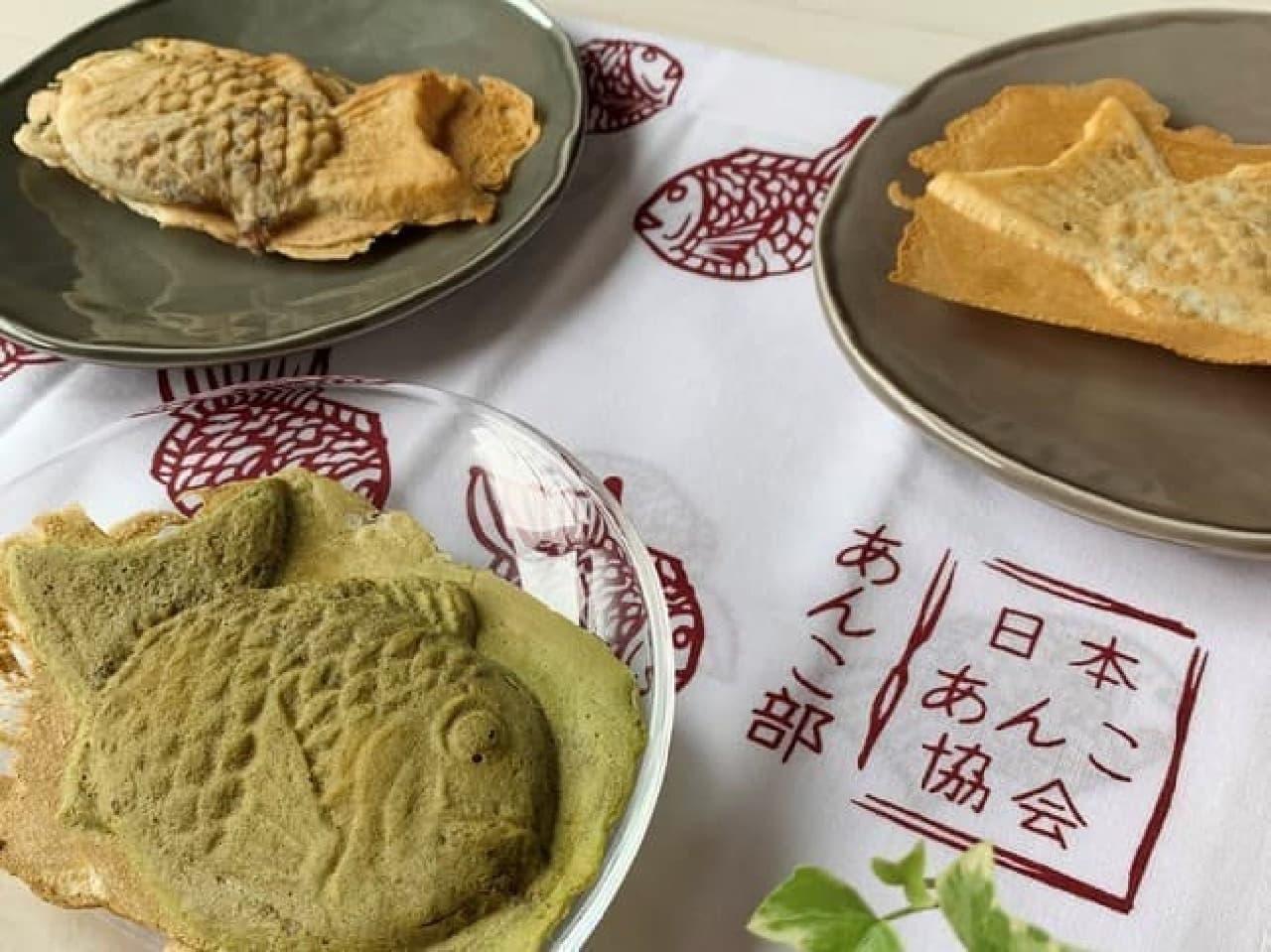たい焼き柄の手ぬぐいが日本あんこ協会から -- 「ホワイト」と「アズキレッド」の2種類