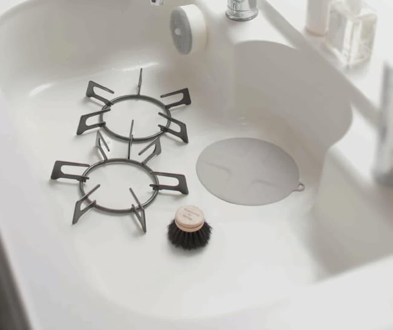 簡単に水を溜められるマーナ「つけ置き洗いキャップ」 -- キッチンシンクの排水口にのせるだけ