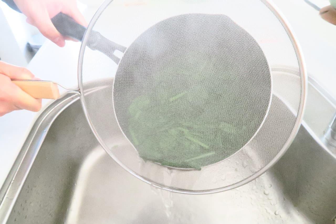 油はねを防止!100均「オイルスクリーン」できれいな台所キープ -- 野菜の湯切りや水切りにも