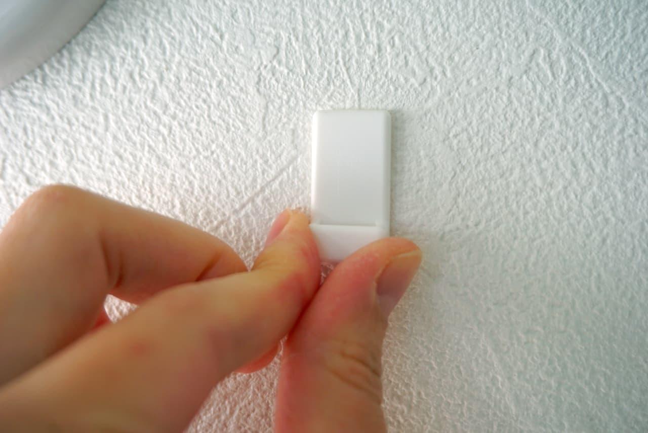 セリア「壁にスッキリ収納できる両面テープフック」