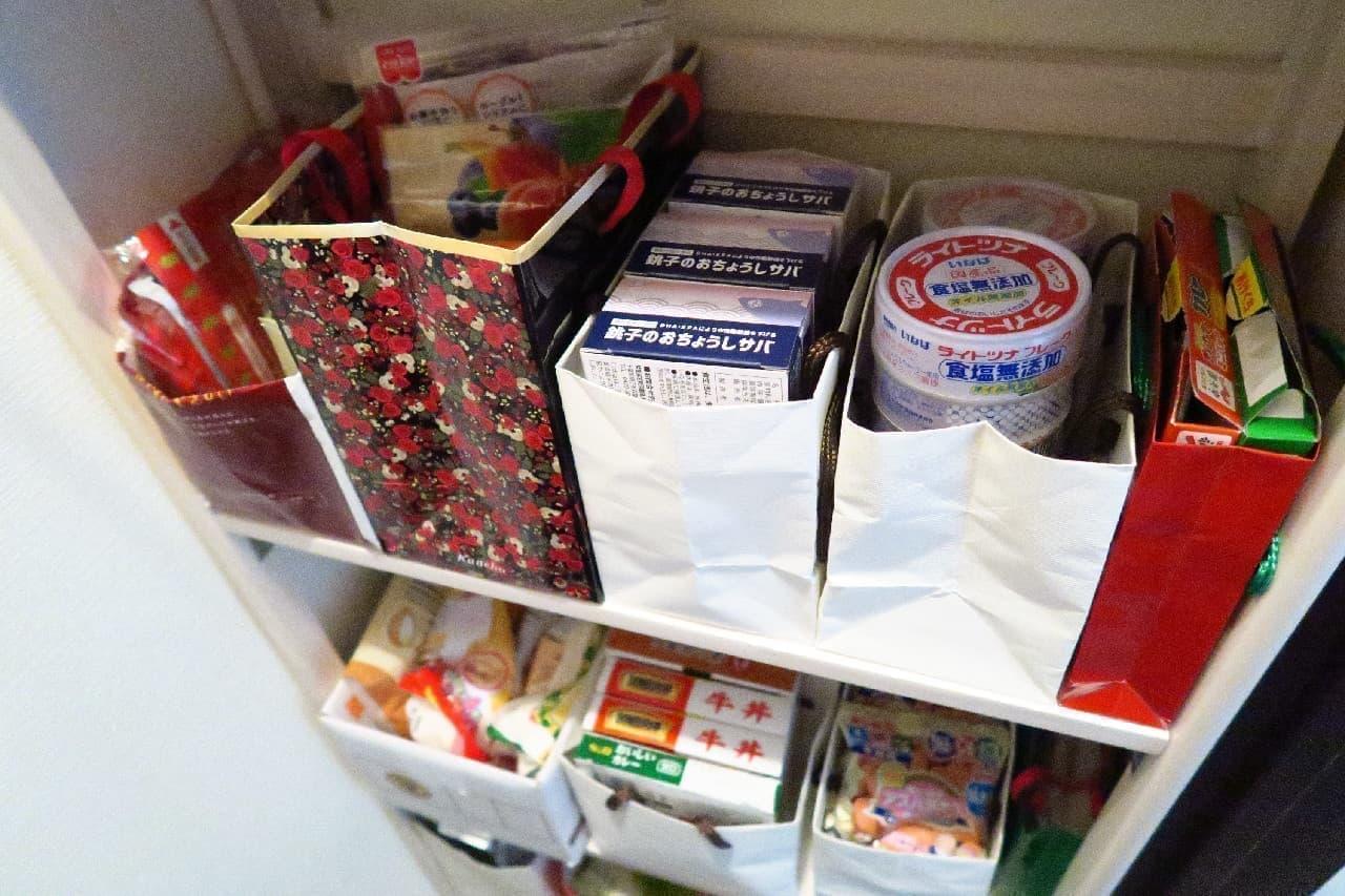 たまった紙袋活用!食料品の収納術 -- 見やすく整理&賞味期限切れ防止