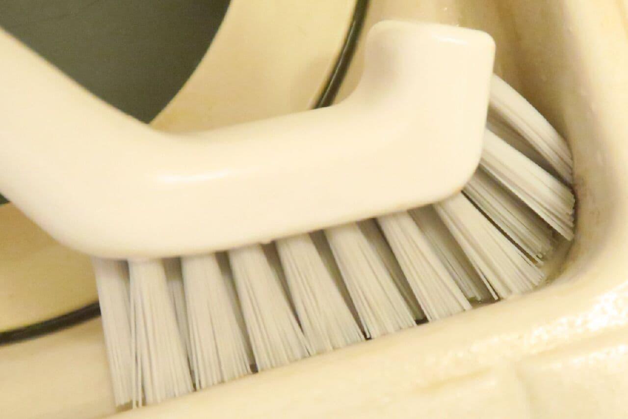 【100均】「握りやすい排水口ブラシ」が便利♪ L字型でしっかりこすり洗い