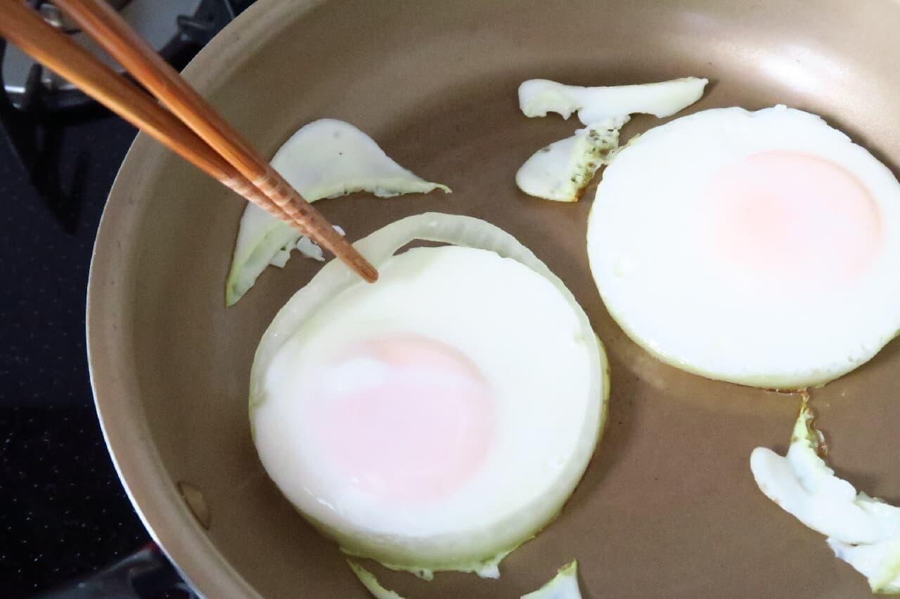 玉ねぎの型でまるい目玉焼き