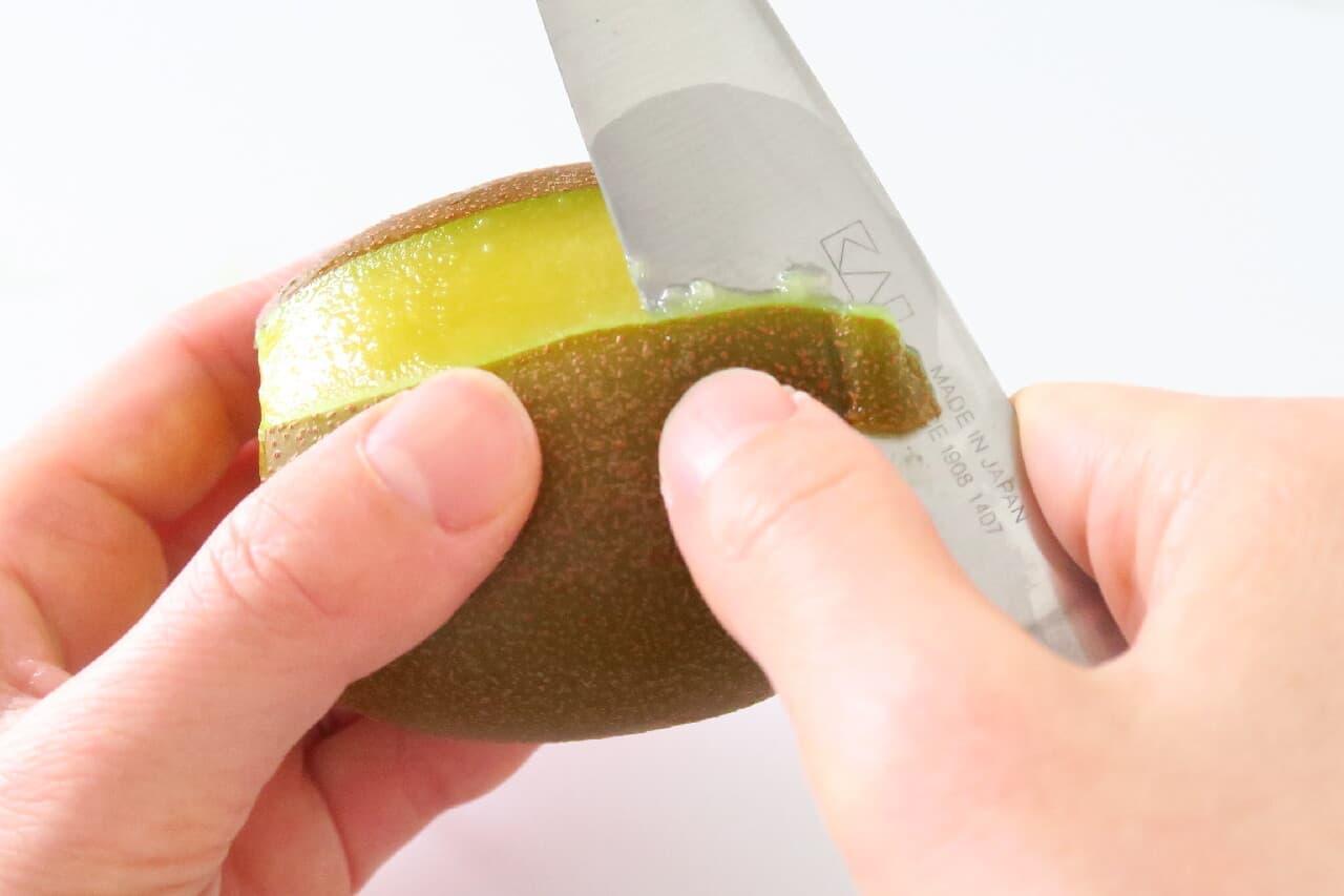 キウイの皮むき基本編 -- ピーラーを使うと簡単