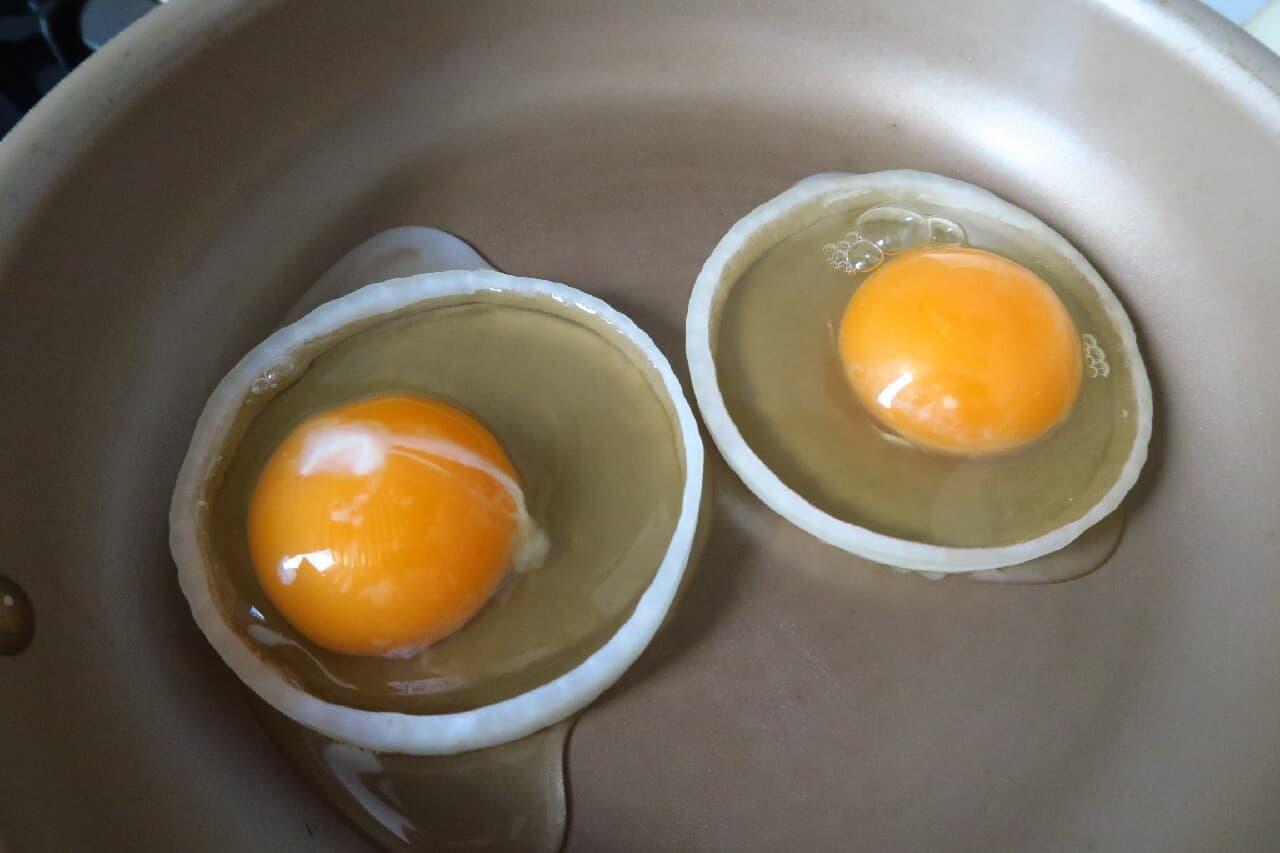 輪切りにした玉ねぎに卵を入れて焼く