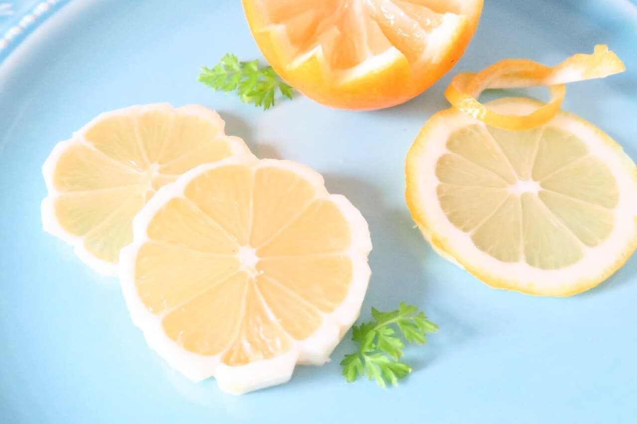 レモンの飾り切り3つ -- ケーキ・ドリンクを彩るお花型など