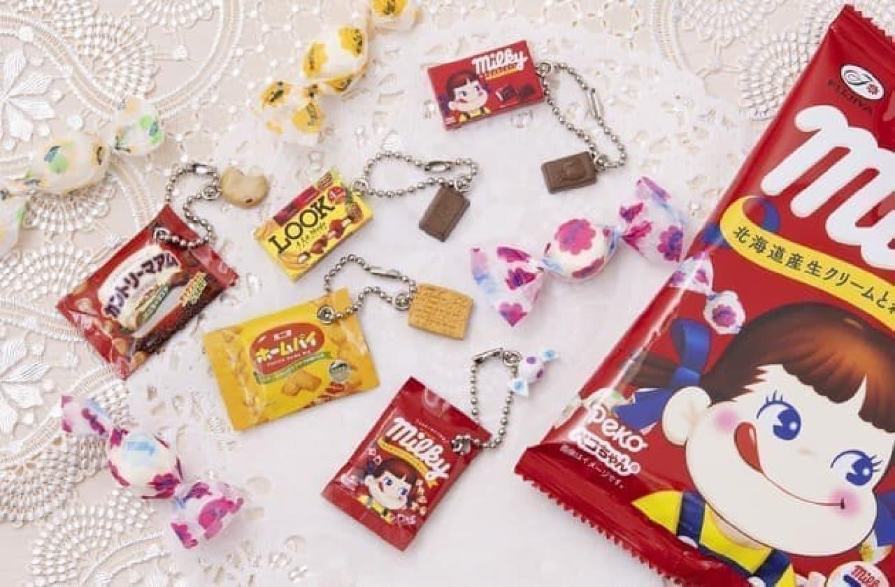 「不二家 お菓子マスコットチャーム」カプセル自販機に -- 可愛いミニチュアのカントリーマアムなど