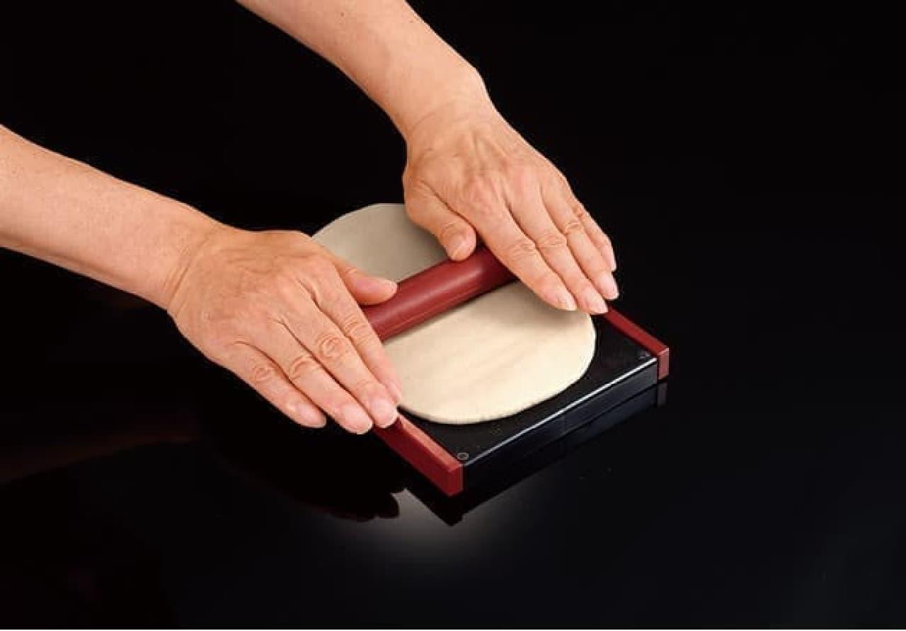「そば打ち名人」タカラトミーアーツから -- そば粉から作る本格的な専用キット