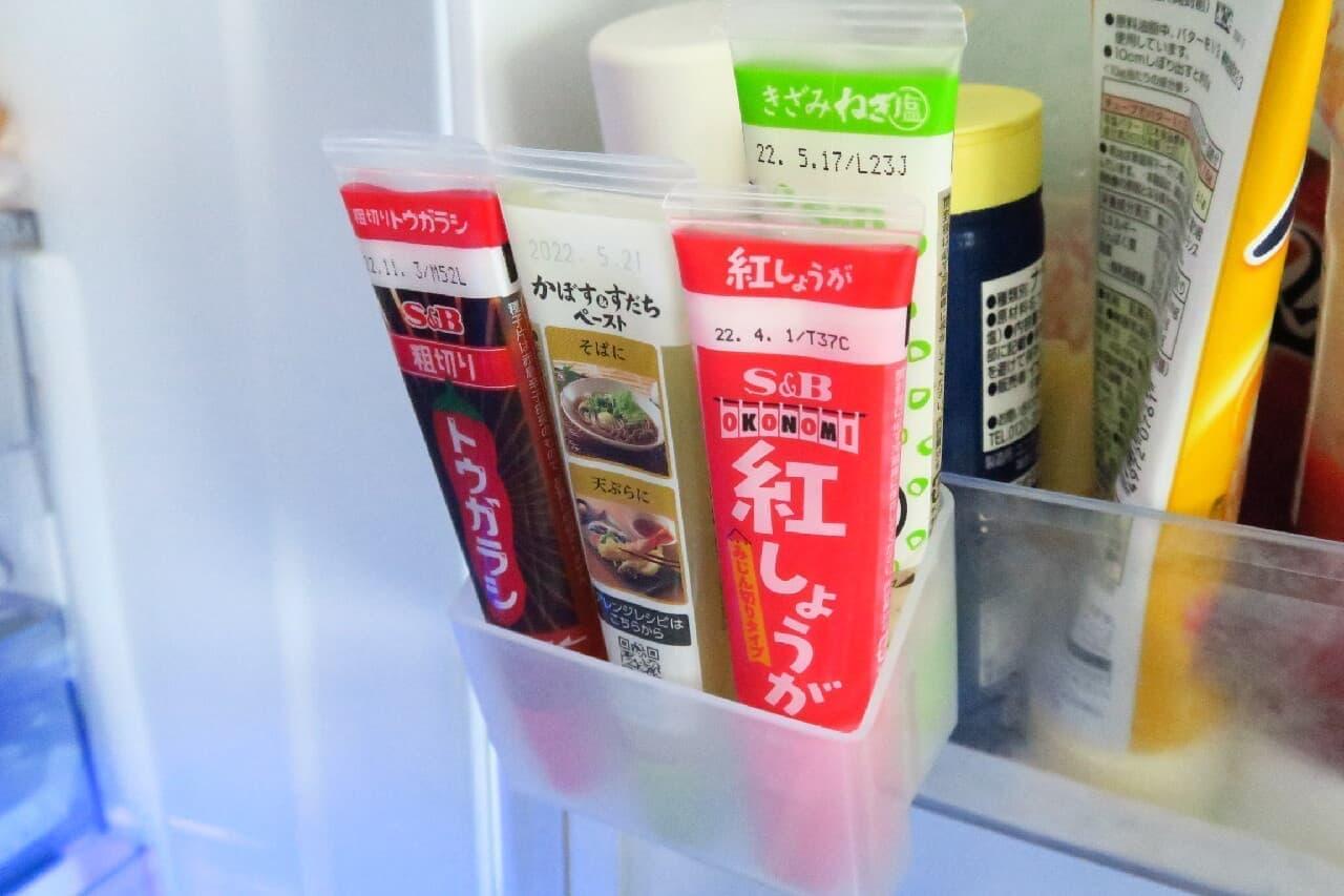 100均「マヨケチャホルダー」で冷蔵庫収納すっきり -- 賞味期限が見やすい「薬味チューブポケット」も
