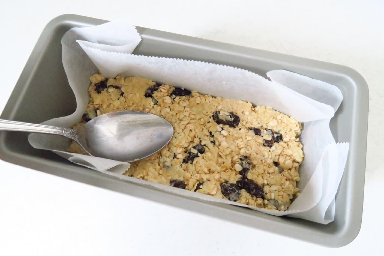 軽食にも♪ オートミールバーの簡単レシピ -- はちみつ&レーズン入りヘルシーな甘さ