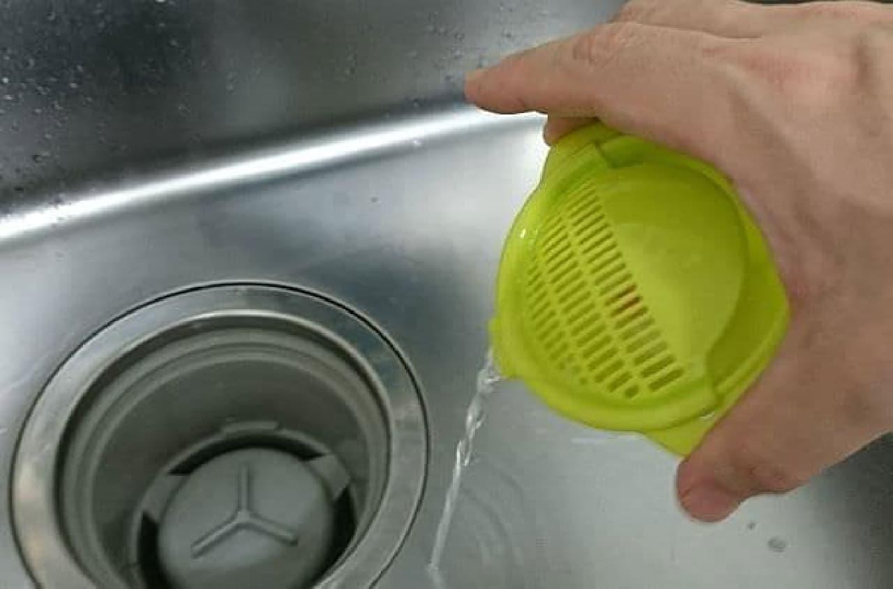 レンジで温め終わったら、水切りで水をすてる