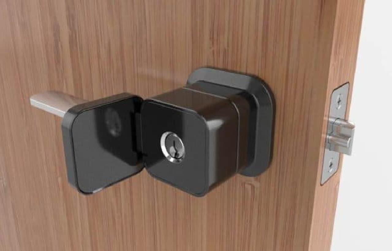 従来型のカギを使い、ドアを開けることも可能