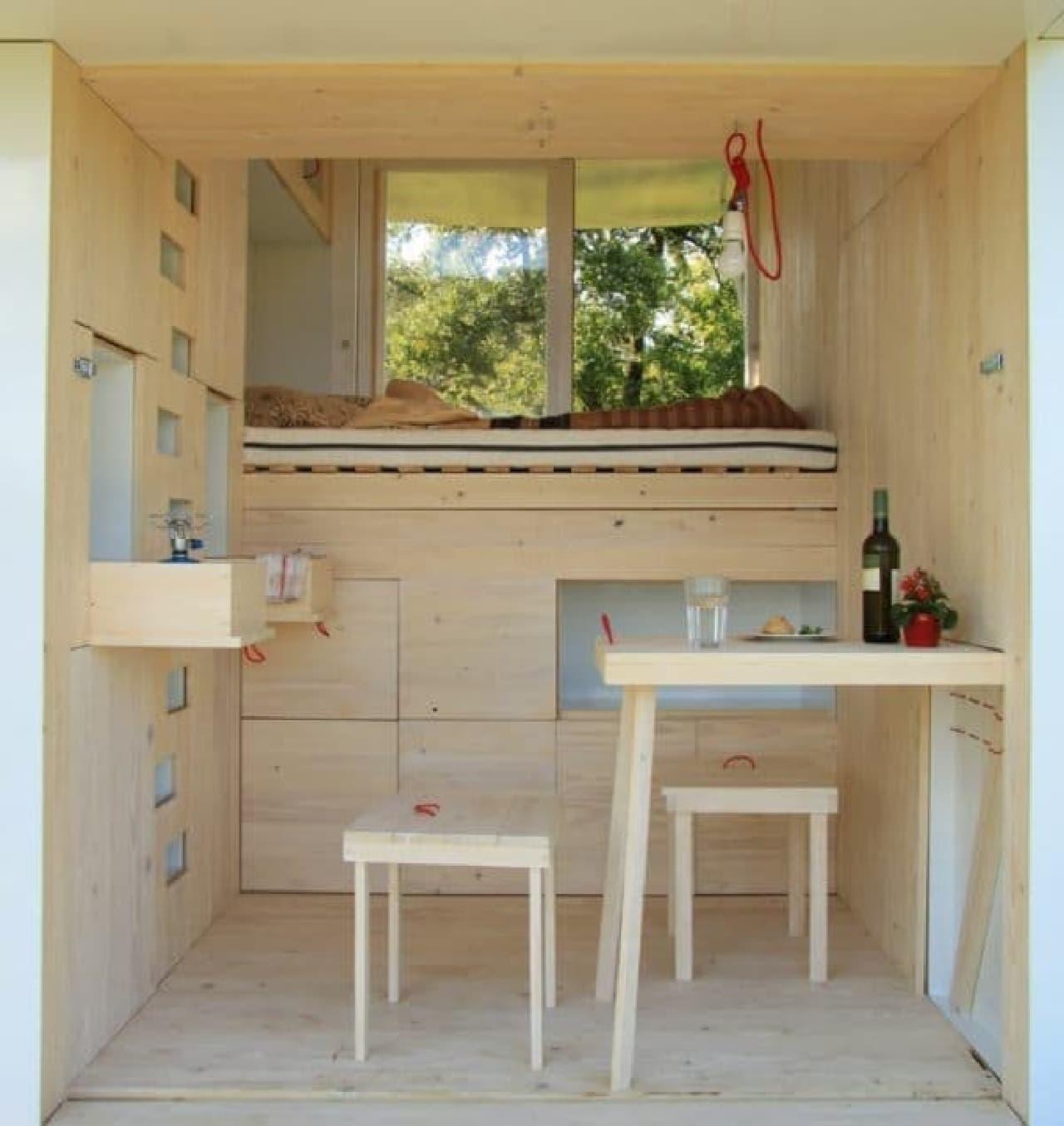 1階は生活空間  2名分の椅子とテーブル、ベッドがあります
