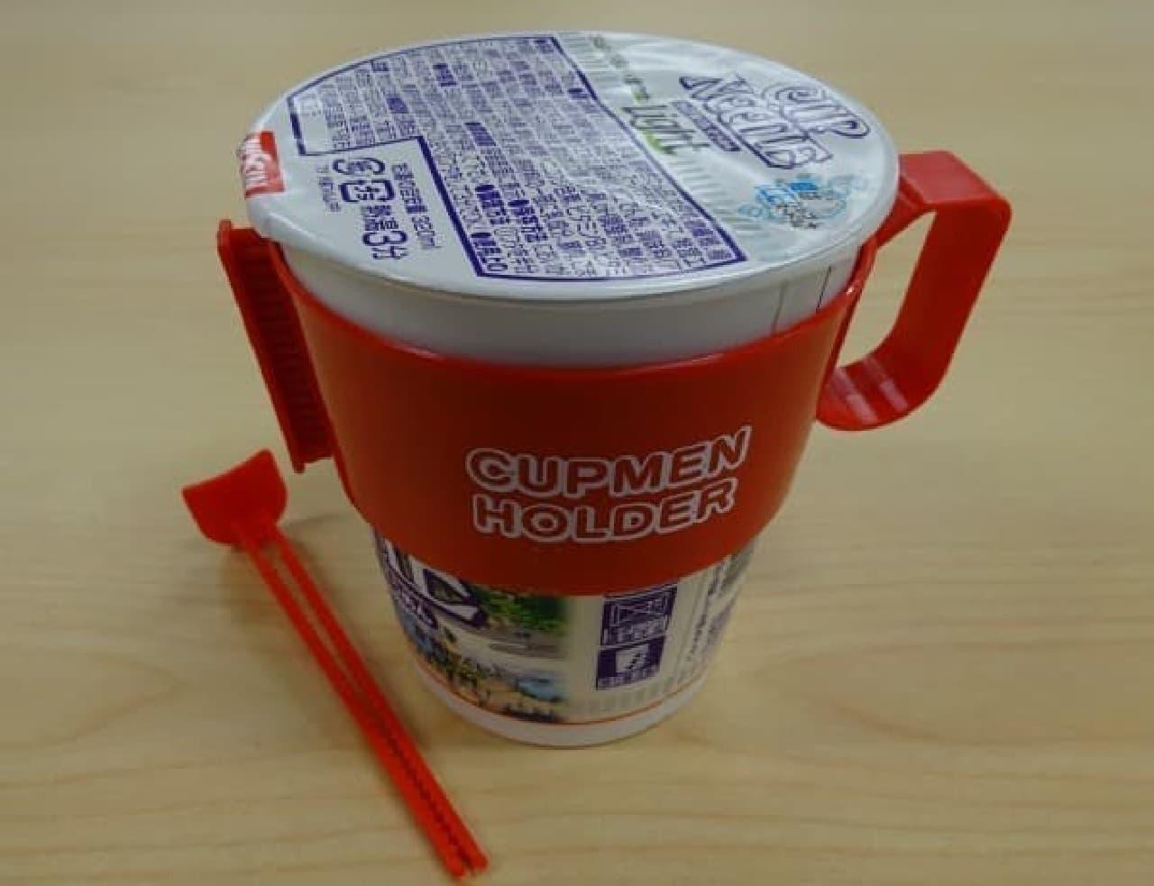 """「カップ麺ホルダー」を使えば、""""猫手""""の人でも、  アツアツのカップヌードルをホールドできるようになる"""