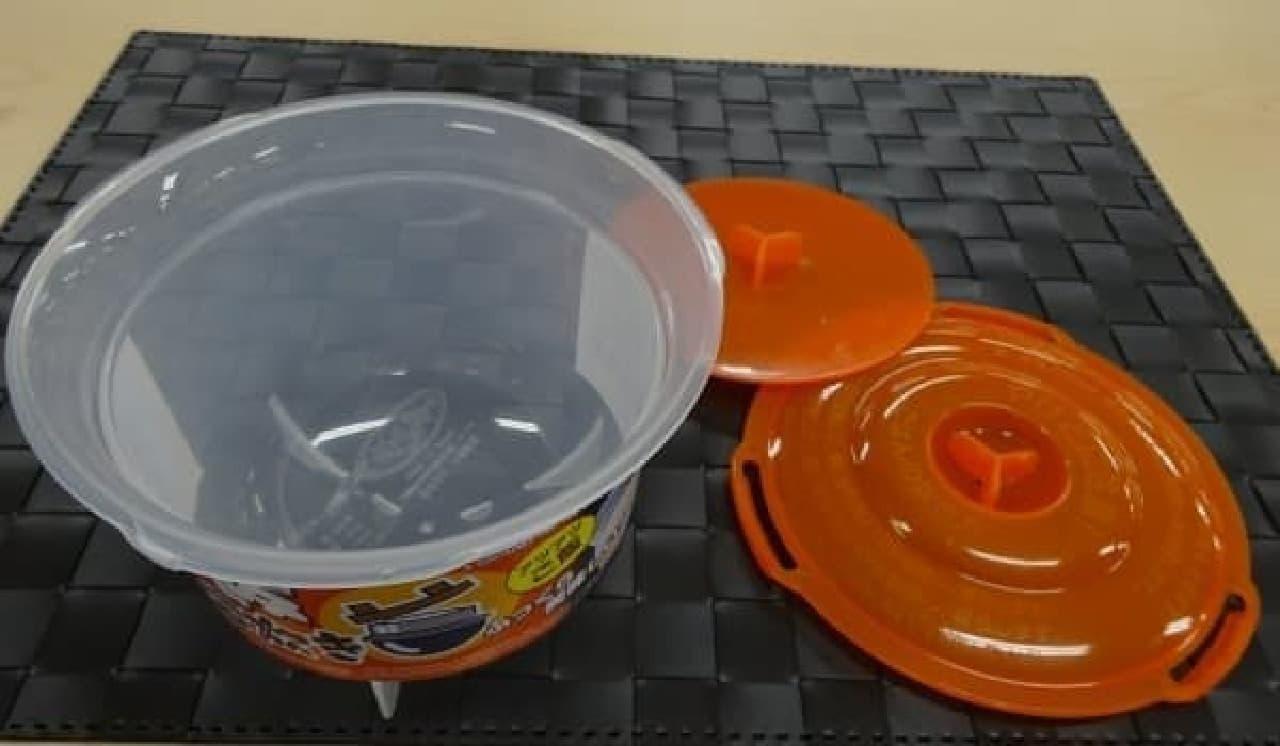 """""""電子レンジ調理器「ご飯一合炊き」""""の全容  プラスティック製のお釜、内ブタ、外ブタの3つで構成されています"""