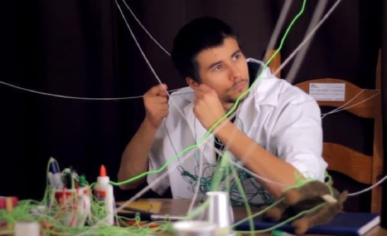 より音伝導効率の高い紐を求め、開発に余念のない「iCups」研究員