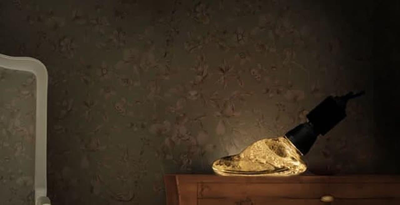 「溶岩タイプ」は、テーブルなどの上に直接置いて使う  「スタンドレスタイプ」の LED 電球