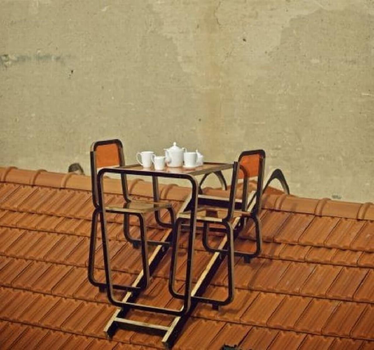 はしご状の留め具を屋根の最上部にひっかければ、  簡単にテーブルセットを設置できる