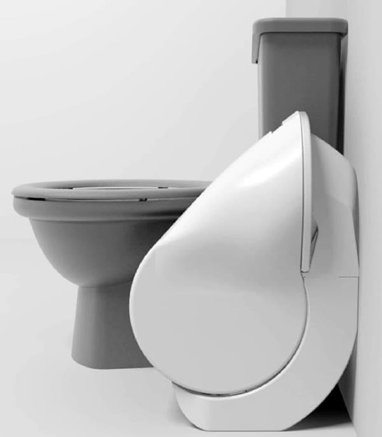 従来型トイレとのサイズ比較  「Iota Folding Toilet」がコンパクトであることがわかる
