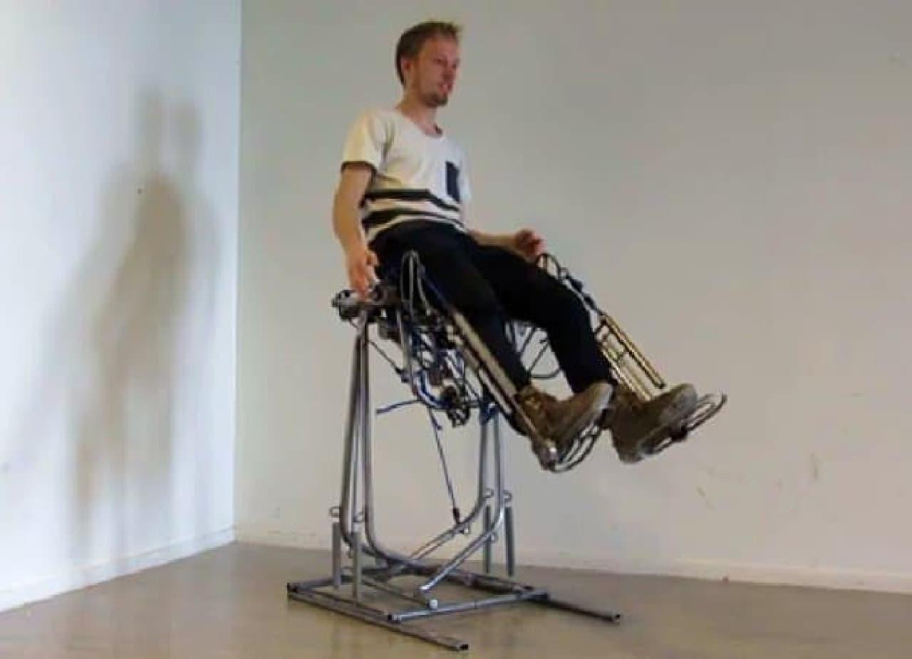 左足で蹴れば「左クリック」、右足で蹴れば「右クリック」できます  (画像は Govert Flint 氏による試作機「Bionic Chair, Prototype 2」)  (画像出典:Govert Flint 氏の Web サイト)