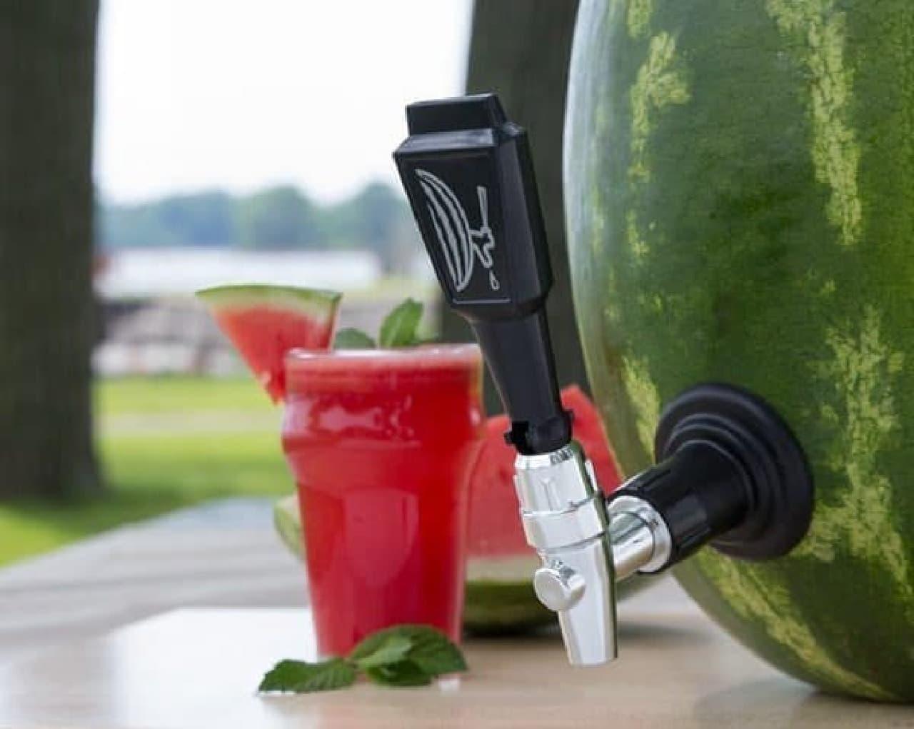 「Deluxe Watermelon Tap Kit」は、スイカに取り付け可能なドリンクサーバー  どう見ても、「スイカジュース」が出てきそう?