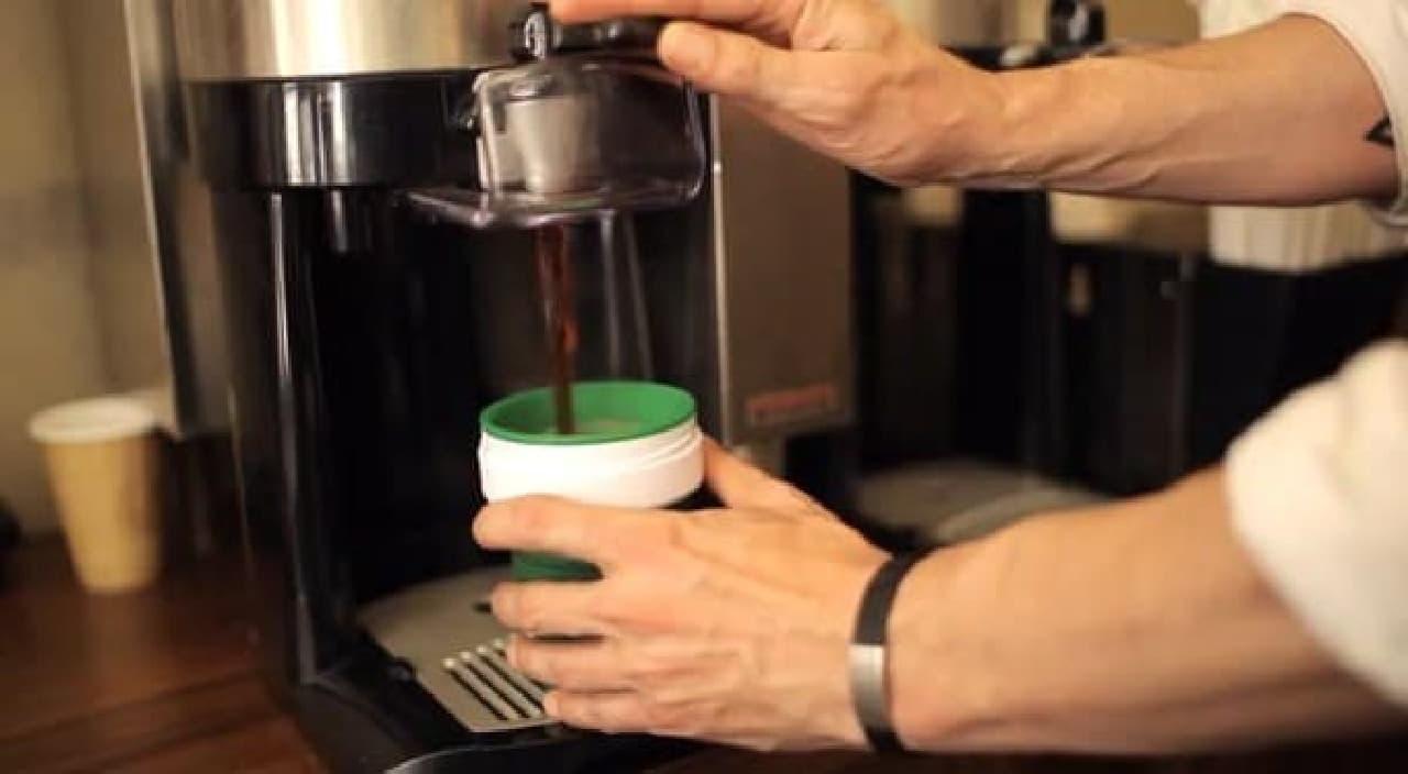 コーヒーショップに「SMASH CUP」を持参し、コーヒーを注いでもらう