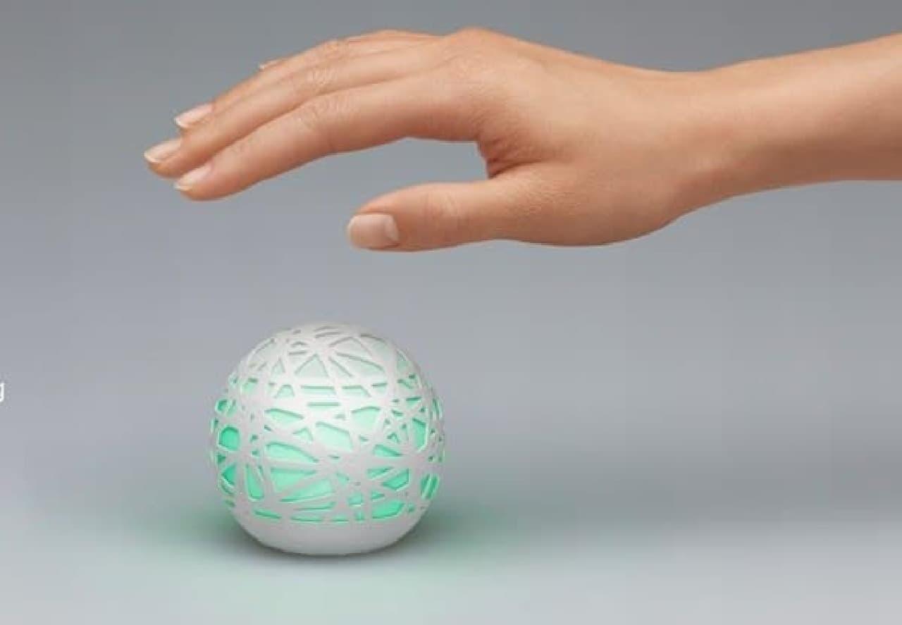 「Sense」本体  部屋の環境をモニタリングする様々なセンサーが搭載されている