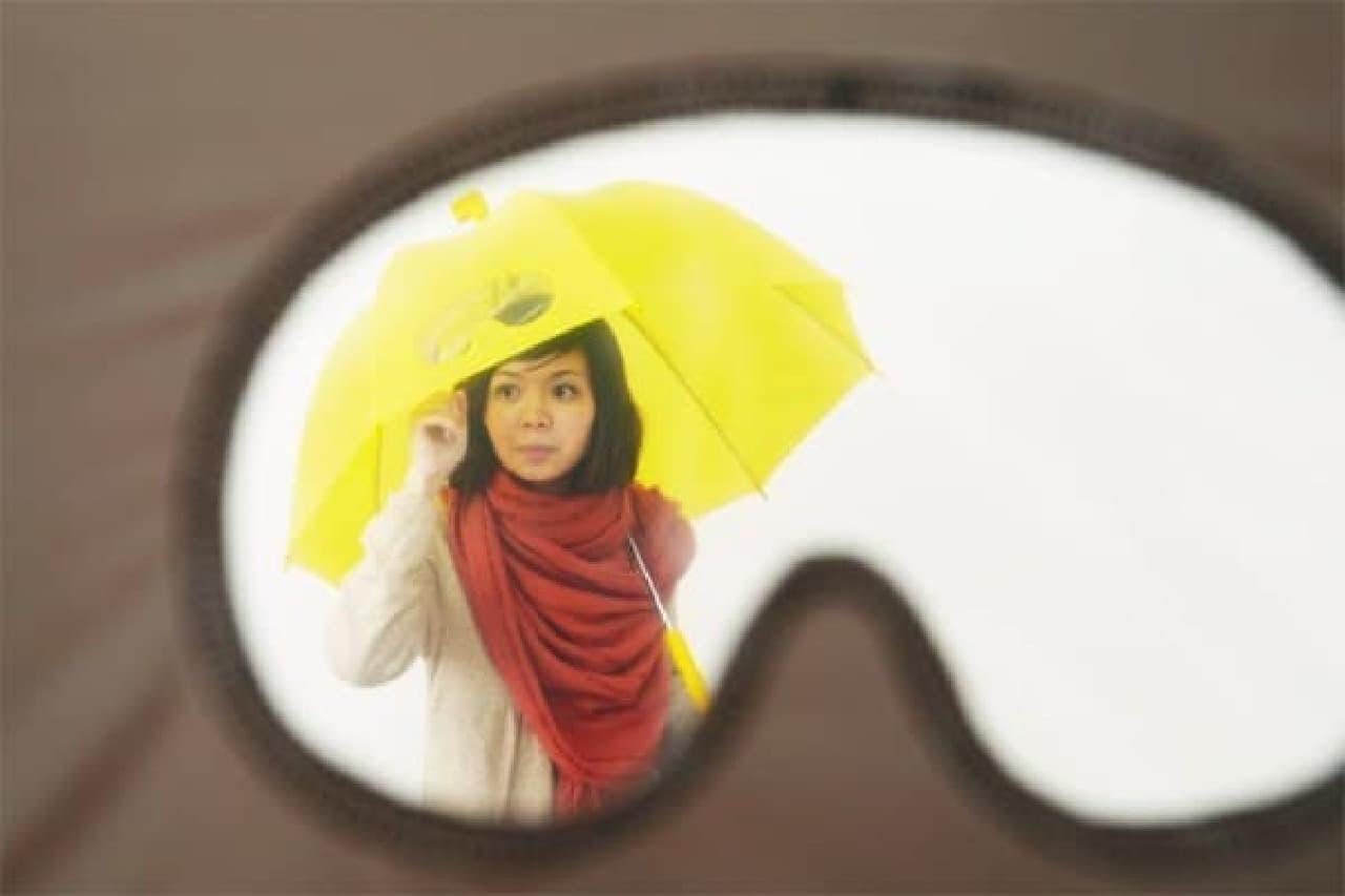 透明なビニール傘の方が、前方は良く見えるかもしれません…