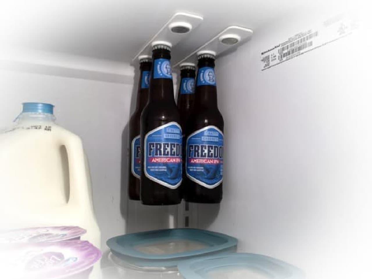 ジップロックコンテナー上のデッドスペースに、  「bottleLoft」でビールを吊り下げた例