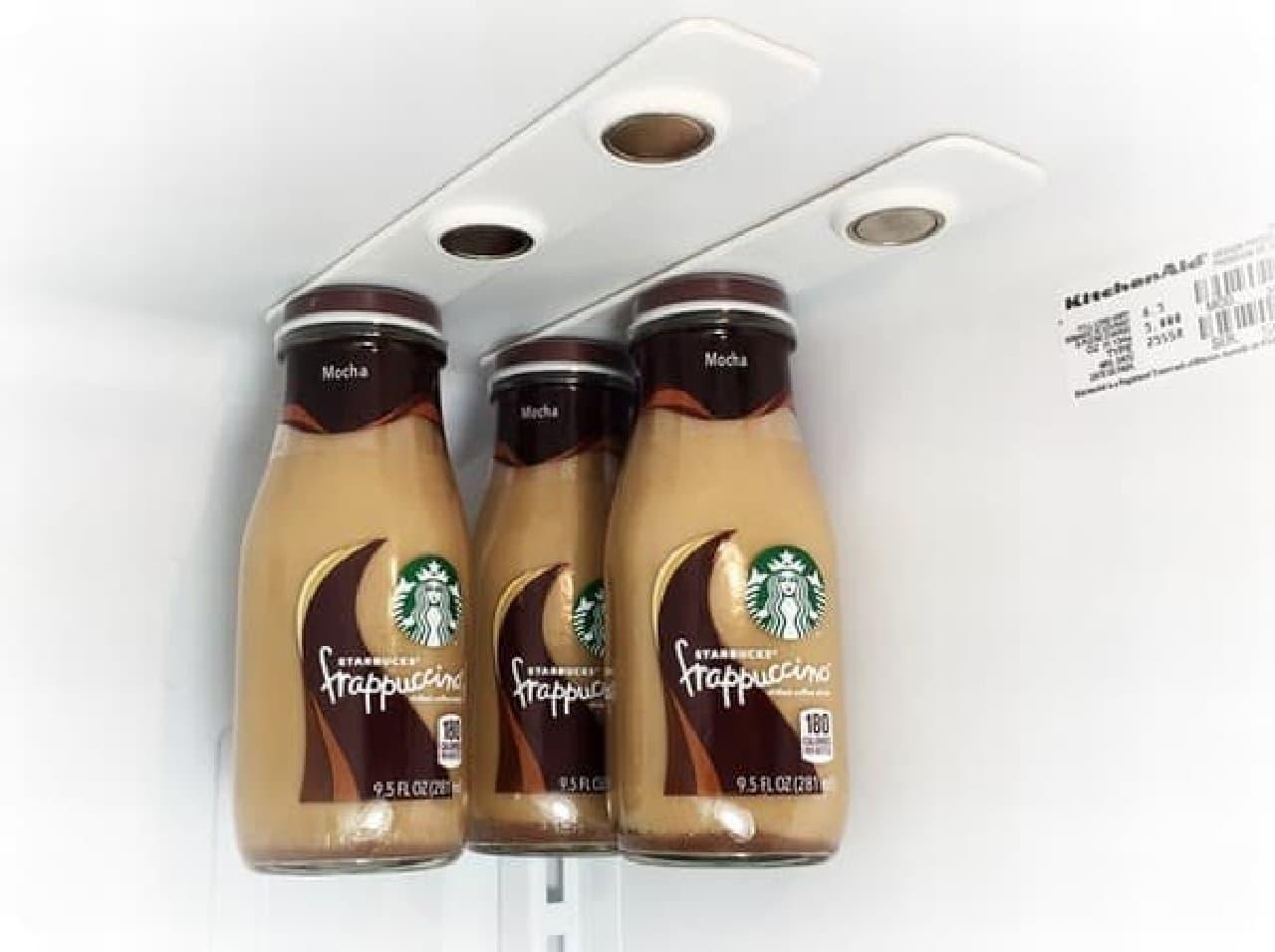 スターバックスのボトルコーヒーも吊り下げられる
