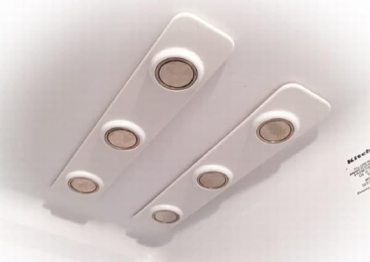冷蔵庫の天井にドリンクを吊り下げて収納する「bottleLoft」  2本取り付けると