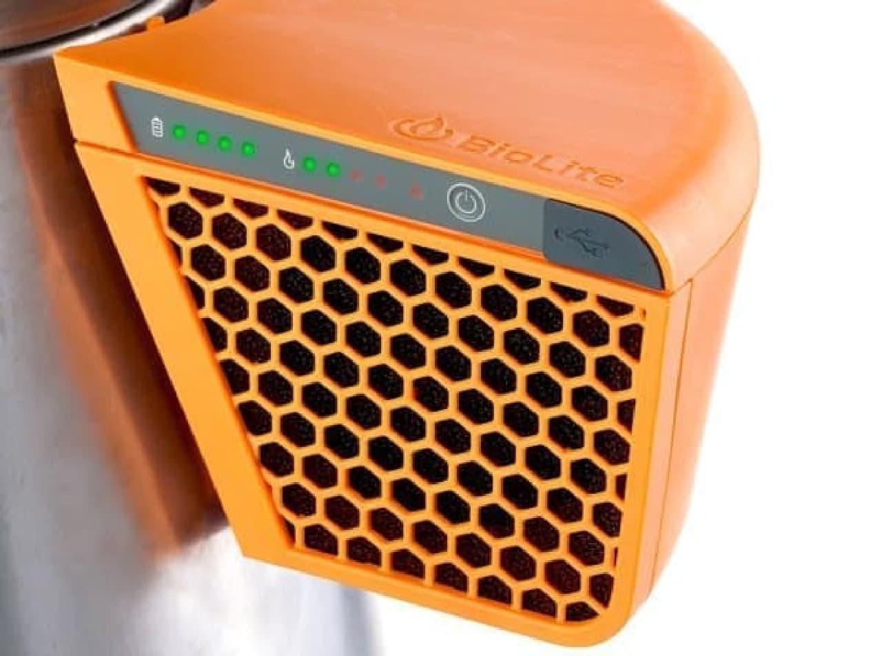 「BioLite BaseCamp」には、USB ポートが装備されているため