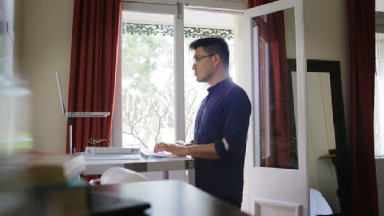 滞在先のホテルの机をスタンディングデスクとして利用可能にします