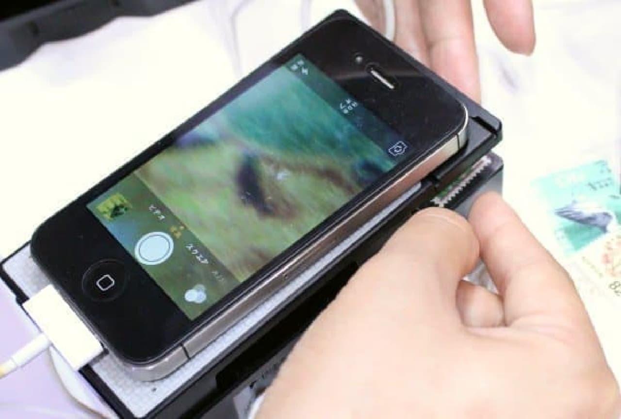レンズの下に観察したい物をのせる  シャッターボタンを押して撮影も可能