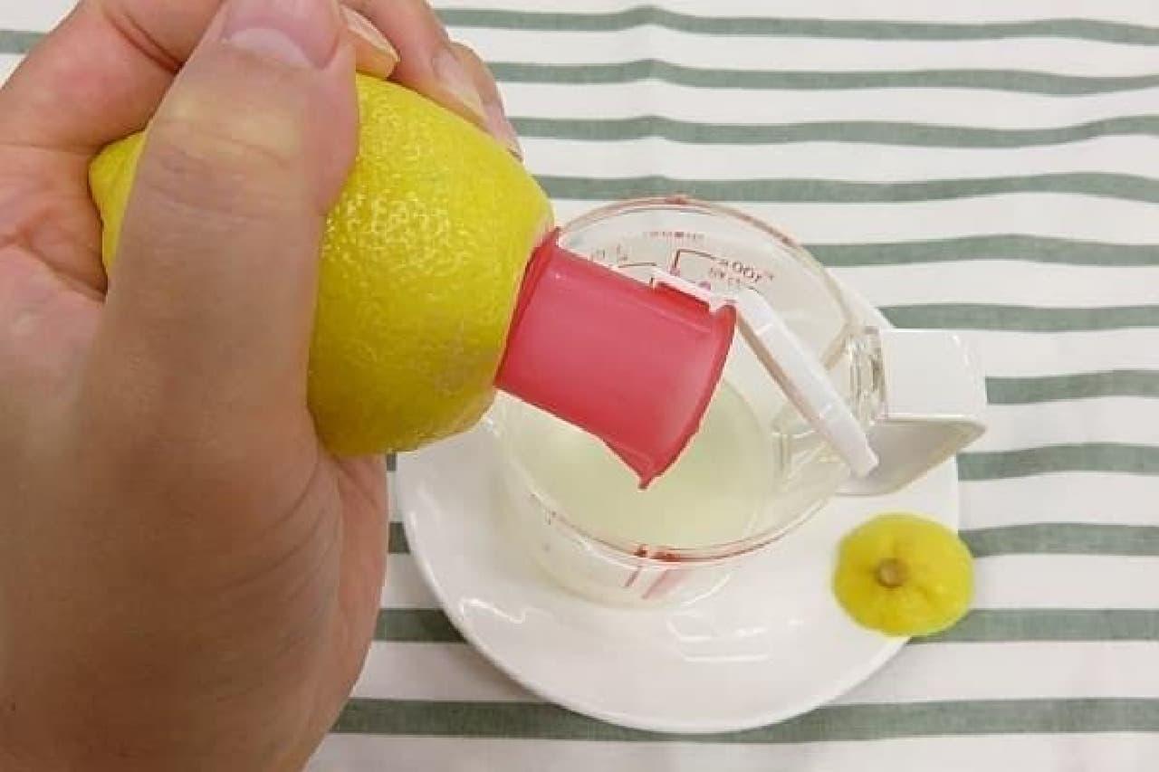レモンを軽くもむとさらに果汁が出てくる
